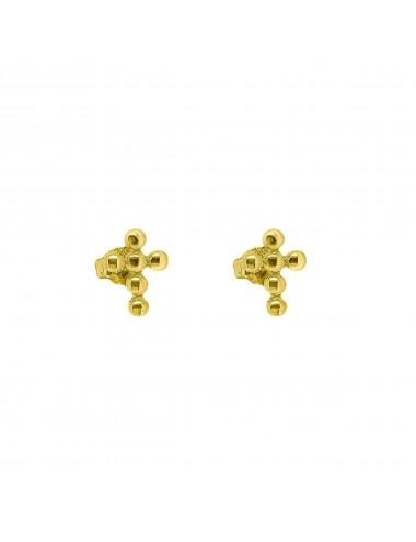 Un par de pendientes de plata con baño de oro cruz