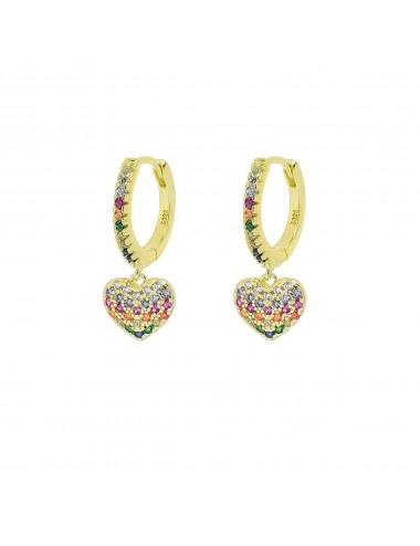 Un par de pendientes de aro con corazon color